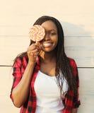 Mujer africana sonriente feliz hermosa del retrato que se divierte Imagenes de archivo