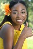 Mujer africana: Sonrisa, pulgares para arriba Fotos de archivo libres de regalías