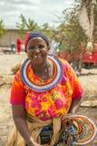 Mujer africana tradicionalmente vestida que vende la mercancía, Arusha imagen de archivo libre de regalías