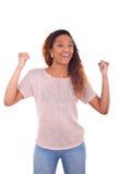 Mujer afroamericana acertada con la expresión apretada del puño Imagenes de archivo