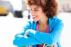 Mujer afroamericana atractiva al aire libre Imagenes de archivo