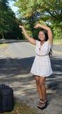Mujer afroamericana atractiva en los sundress con la maleta - viaje Foto de archivo