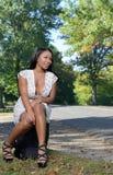 Mujer afroamericana atractiva en los sundress con la maleta - viaje Fotografía de archivo