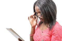 Mujer afroamericana bastante joven con las lentes y la tableta c fotografía de archivo