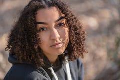 Mujer afroamericana Biracial de la muchacha del adolescente de la raza mixta pensativa triste fotografía de archivo