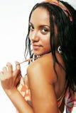 Mujer afroamericana bonita joven aislada en el fondo blanco Imagen de archivo libre de regalías