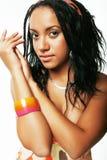 Mujer afroamericana bonita joven aislada en el fondo blanco Fotografía de archivo libre de regalías