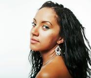 Mujer afroamericana bonita joven aislada en el fondo blanco Fotos de archivo