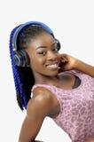 Mujer afroamericana bonita que sostiene un auricular imágenes de archivo libres de regalías