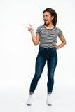 Mujer afroamericana casual emocionada que señala el finger lejos Imagenes de archivo