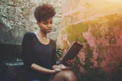 Mujer afroamericana con la tableta digital Fotografía de archivo libre de regalías