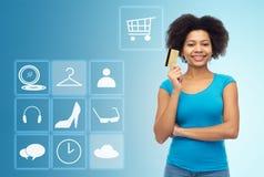Mujer afroamericana con la tarjeta y los iconos de crédito imagenes de archivo