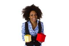 Mujer afroamericana con las cajas de regalo Imagenes de archivo