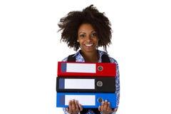 Mujer afroamericana con las carpetas Foto de archivo libre de regalías