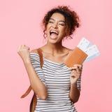 Mujer afroamericana con los boletos que grita, puño de apretón como ganador foto de archivo libre de regalías