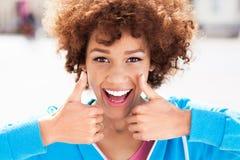 Mujer afroamericana con los pulgares para arriba Imágenes de archivo libres de regalías