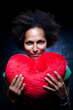 Mujer afroamericana con un amortiguador en forma de corazón Fotografía de archivo libre de regalías