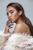 Mujer afroamericana de la belleza joven con la moda Foto de archivo libre de regalías