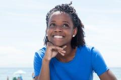 Mujer afroamericana de risa en una camisa azul Foto de archivo