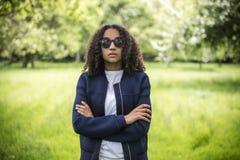 Mujer afroamericana del adolescente de la raza mixta pensativa Foto de archivo