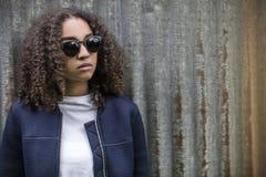 Mujer afroamericana del adolescente de la raza mixta triste en gafas de sol Fotos de archivo libres de regalías