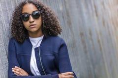 Mujer afroamericana del adolescente de la raza mixta triste en gafas de sol Imagenes de archivo