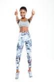 Mujer afroamericana deportiva que muestra los pulgares para arriba Imagenes de archivo