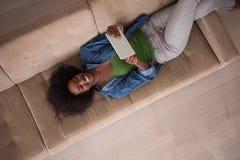 Mujer afroamericana en casa con la opinión superior de la tableta digital Fotografía de archivo libre de regalías