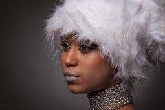 Mujer afroamericana en sombrero blanco grande Fotografía de archivo libre de regalías