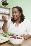 Mujer afroamericana en una dieta Fotos de archivo libres de regalías