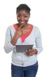 Mujer afroamericana feliz con la tableta Imagen de archivo