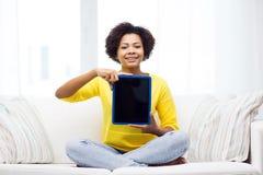 Mujer afroamericana feliz con PC de la tableta Fotografía de archivo