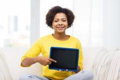 Mujer afroamericana feliz con PC de la tableta Foto de archivo libre de regalías