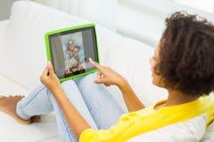 Mujer afroamericana feliz con PC de la tableta Fotos de archivo libres de regalías