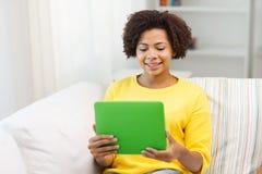 Mujer afroamericana feliz con PC de la tableta Imagen de archivo libre de regalías