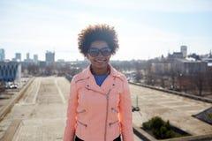 Mujer afroamericana feliz en sombras en la calle Fotografía de archivo