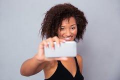 Mujer afroamericana feliz que hace la foto del selfie Fotos de archivo