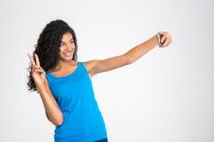 Mujer afroamericana feliz que hace la foto del selfie Foto de archivo