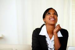Mujer afroamericana feliz que mira para arriba Foto de archivo