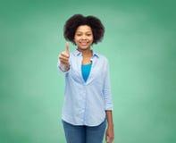 Mujer afroamericana feliz que muestra los pulgares para arriba Imagen de archivo libre de regalías