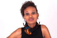 Mujer afroamericana hermosa con los pelos rizados aislados en wh Imagenes de archivo