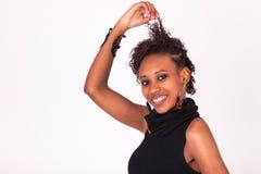 Mujer afroamericana hermosa con los pelos rizados aislados en wh Foto de archivo
