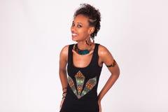 Mujer afroamericana hermosa con los pelos rizados aislados en wh Foto de archivo libre de regalías