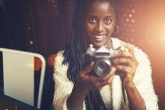 Mujer afroamericana hermosa emocional Imagen de archivo