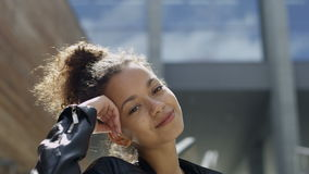 Mujer afroamericana hermosa en fondo urbano almacen de metraje de vídeo
