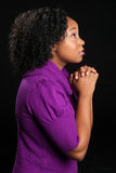 Mujer afroamericana hermosa que ruega imagen de archivo
