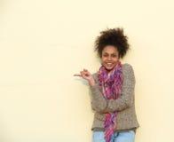 Mujer afroamericana hermosa que señala el finger Fotografía de archivo libre de regalías