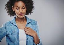 Mujer afroamericana joven atractiva pensativa Foto de archivo libre de regalías