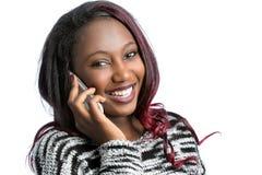 Mujer afroamericana joven atractiva que habla en el teléfono elegante Imagen de archivo