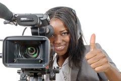 Mujer afroamericana joven con la cámara de vídeo profesional foto de archivo libre de regalías